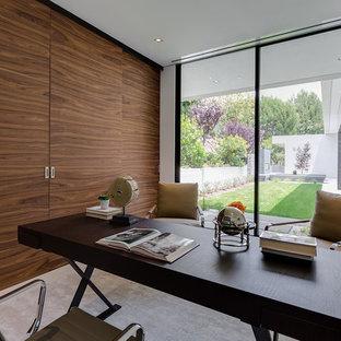 ロサンゼルスの広いコンテンポラリースタイルのおしゃれな書斎 (白い壁、セラミックタイルの床、自立型机、ベージュの床) の写真
