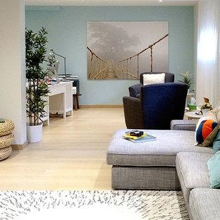 Cette image montre un bureau nordique de taille moyenne avec un mur bleu et sol en stratifié.