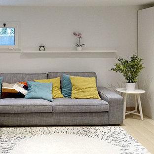 他の地域の中くらいの北欧スタイルのおしゃれなホームオフィス・書斎 (白い壁、ラミネートの床) の写真