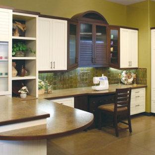Ispirazione per uno studio di medie dimensioni con pareti verdi, pavimento con piastrelle in ceramica, nessun camino e scrivania incassata