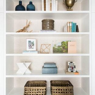 Idee per un grande ufficio classico con pareti bianche, pavimento multicolore, parquet scuro e scrivania autoportante