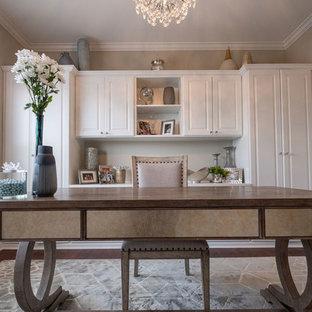 Immagine di uno studio classico di medie dimensioni con pareti beige, pavimento in vinile, nessun camino, scrivania autoportante e pavimento marrone