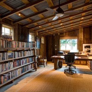 サンフランシスコの中くらいのラスティックスタイルのおしゃれなホームオフィス・書斎 (茶色い壁、コンクリートの床、造り付け机、暖炉なし、ライブラリー、グレーの床) の写真