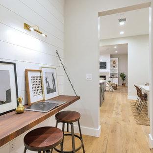 フェニックスの中くらいのカントリー風おしゃれなホームオフィス・書斎 (白い壁、淡色無垢フローリング、造り付け机、ベージュの床) の写真