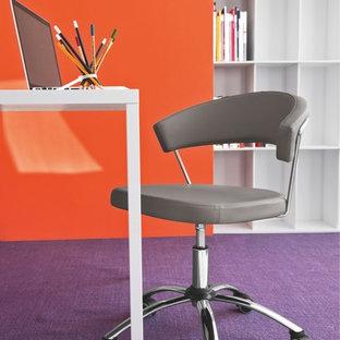 Idées déco pour un bureau contemporain de taille moyenne avec un mur orange, moquette et un bureau indépendant.
