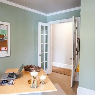 他の地域の小さいトラディショナルスタイルのおしゃれなホームオフィス・仕事部屋 (ライブラリー、緑の壁、磁器タイルの床、自立型机、ベージュの床) の写真