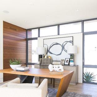 オレンジカウンティのコンテンポラリースタイルのおしゃれなホームオフィス・仕事部屋 (自立型机、茶色い床) の写真