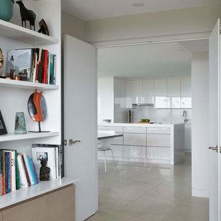 Idee per uno studio contemporaneo di medie dimensioni con libreria, pareti bianche, pavimento con piastrelle in ceramica, nessun camino, scrivania incassata e pavimento beige