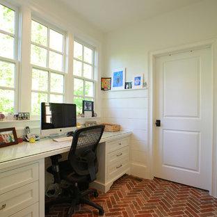 Idee per uno studio chic con pareti bianche, pavimento in mattoni e scrivania incassata