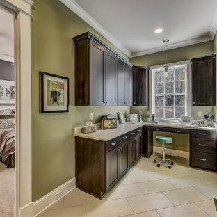 シャーロットの小さいトランジショナルスタイルのおしゃれなホームオフィス・書斎 (緑の壁、セラミックタイルの床、造り付け机、ベージュの床) の写真
