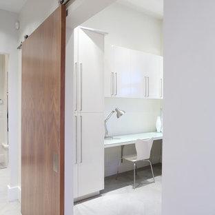 バンクーバーの広いコンテンポラリースタイルのおしゃれなホームオフィス・書斎 (白い壁、暖炉なし、造り付け机、スレートの床) の写真