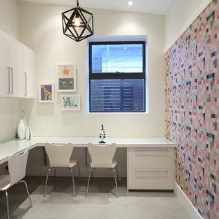 バンクーバーの大きいコンテンポラリースタイルのおしゃれなクラフトルーム (白い壁、スレートの床、暖炉なし、造り付け机) の写真