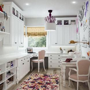 サクラメントのトランジショナルスタイルのおしゃれなクラフトルーム (マルチカラーの壁、淡色無垢フローリング、暖炉なし、造り付け机) の写真