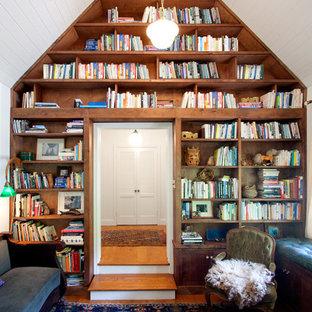 ロサンゼルスの中サイズのカントリー風おしゃれな書斎 (白い壁、無垢フローリング) の写真