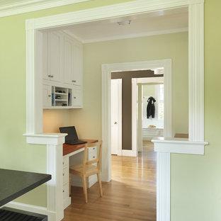 プロビデンスのおしゃれなホームオフィス・書斎 (造り付け机) の写真
