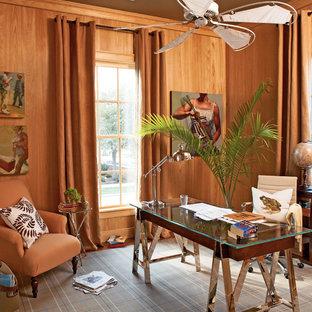 Maritim inredning av ett arbetsrum, med mörkt trägolv och ett fristående skrivbord