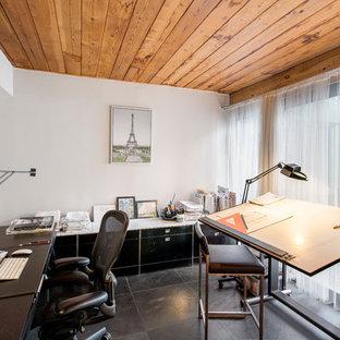 ニューヨークの中くらいのモダンスタイルのおしゃれな書斎 (白い壁、スレートの床、暖炉なし、造り付け机、グレーの床) の写真