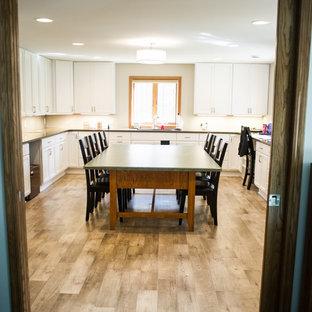 Großes Klassisches Nähzimmer ohne Kamin mit beiger Wandfarbe, Vinylboden und freistehendem Schreibtisch in Sonstige