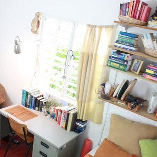 他の地域の小さいビーチスタイルのおしゃれな書斎 (白い壁、コンクリートの床、暖炉なし、自立型机) の写真
