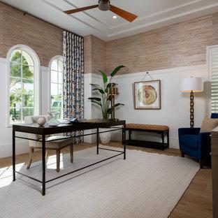 Maritimes Arbeitszimmer ohne Kamin mit Arbeitsplatz, bunten Wänden, braunem Holzboden und freistehendem Schreibtisch in Miami