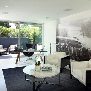 ロサンゼルスの中くらいのコンテンポラリースタイルのおしゃれなアトリエ・スタジオ (白い壁、セラミックタイルの床、暖炉なし、自立型机、白い床) の写真