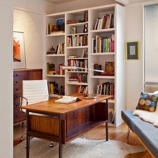 Retro Arbeitszimmer mit weißer Wandfarbe, braunem Holzboden und freistehendem Schreibtisch in San Francisco
