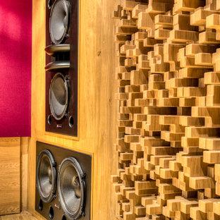 ロサンゼルスの広いコンテンポラリースタイルのおしゃれなアトリエ・スタジオ (赤い壁、無垢フローリング、暖炉なし、自立型机、茶色い床) の写真