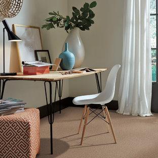 Ejemplo de despacho clásico renovado con paredes beige, moqueta y suelo rojo