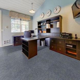 Foto di un grande ufficio classico con pareti blu, moquette, scrivania autoportante e pavimento blu