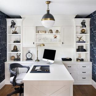 マイアミの小さいビーチスタイルのおしゃれなホームオフィス・書斎 (青い壁、無垢フローリング、造り付け机、暖炉なし、茶色い床) の写真