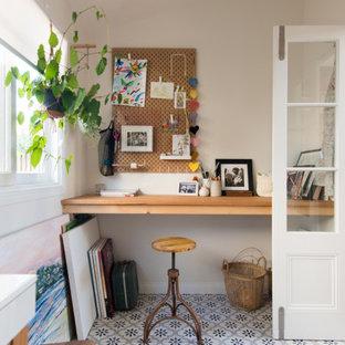 Imagen de estudio escandinavo, de tamaño medio, sin chimenea, con paredes blancas, suelo de baldosas de cerámica, escritorio empotrado y suelo multicolor