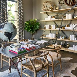 Ispirazione per uno studio tradizionale di medie dimensioni con libreria, nessun camino, scrivania autoportante, pareti grigie, parquet scuro e pavimento blu