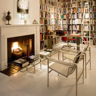 Ispirazione per uno studio contemporaneo di medie dimensioni con pareti bianche, pavimento in legno verniciato e camino classico