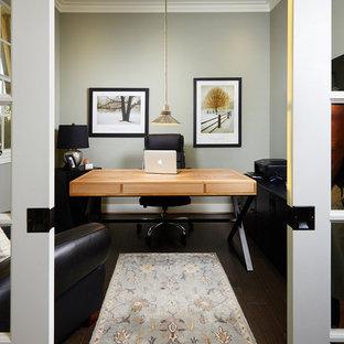 Esempio di un piccolo ufficio tropicale con pareti grigie, parquet scuro e scrivania autoportante