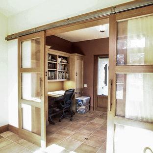 サンフランシスコの中くらいの地中海スタイルのおしゃれな書斎 (ベージュの壁、トラバーチンの床、自立型机、ベージュの床) の写真