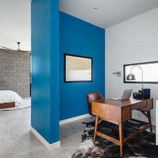 Immagine di un ufficio design con pareti blu, pavimento in gres porcellanato, scrivania autoportante e pavimento grigio
