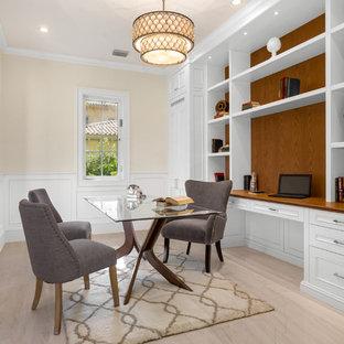 マイアミの中くらいのトランジショナルスタイルのおしゃれな書斎 (ベージュの壁、磁器タイルの床、ベージュの床) の写真