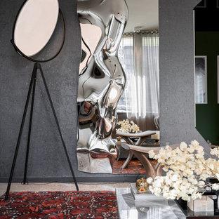 マイアミの中くらいのコンテンポラリースタイルのおしゃれなアトリエ・スタジオ (グレーの壁、セラミックタイルの床、自立型机、グレーの床、クロスの天井、壁紙) の写真