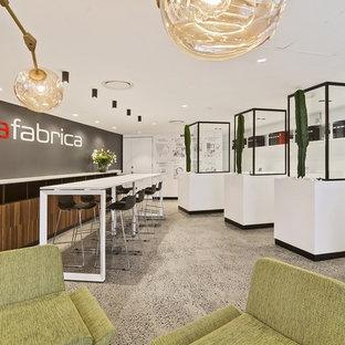 Idee per uno studio design di medie dimensioni con pareti multicolore, pavimento in cemento, scrivania autoportante e pavimento multicolore