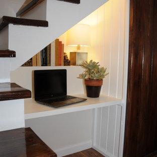 フェニックスの小さいトランジショナルスタイルのおしゃれな書斎 (白い壁、ラミネートの床、造り付け机、茶色い床) の写真