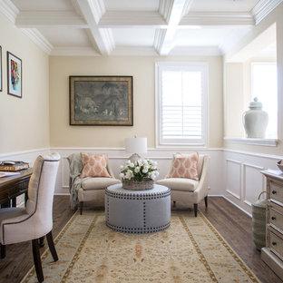 Diseño de despacho clásico renovado de tamaño medio