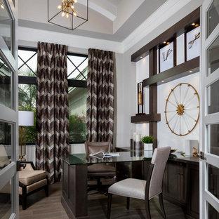 Foto de despacho tradicional renovado, de tamaño medio, con paredes grises, escritorio empotrado, suelo marrón y suelo de madera oscura