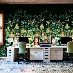 バルセロナの中サイズのエクレクティックスタイルのおしゃれな書斎 (マルチカラーの壁、セラミックタイルの床、暖炉なし、造り付け机、マルチカラーの床) の写真