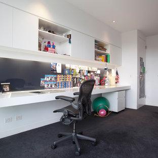 Idee per uno studio minimal con pareti bianche, moquette e scrivania incassata