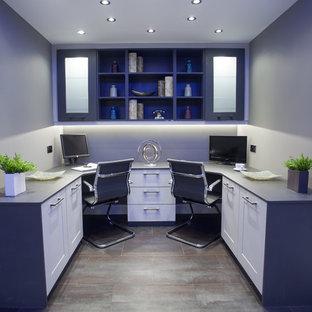 Ispirazione per un ufficio design di medie dimensioni con pareti grigie, pavimento con piastrelle in ceramica e scrivania incassata