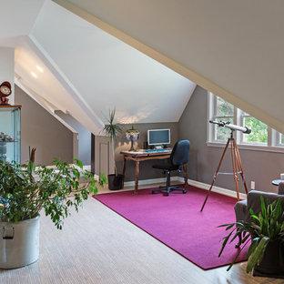 Idee per uno studio classico di medie dimensioni con libreria, pareti bianche e pavimento in sughero
