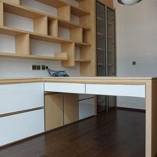 他の地域の小さいトロピカルスタイルのおしゃれな書斎 (白い壁、暖炉なし、造り付け机、無垢フローリング) の写真
