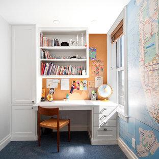 Immagine di un ufficio tradizionale di medie dimensioni con pareti grigie, moquette, nessun camino, scrivania incassata e pavimento blu