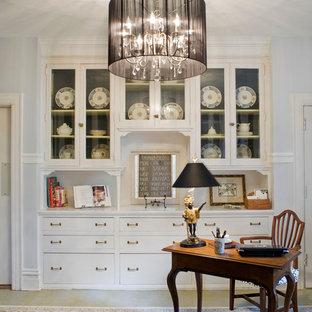 Modelo de sala de manualidades tradicional, de tamaño medio, sin chimenea, con suelo de linóleo, paredes blancas, escritorio independiente y suelo beige