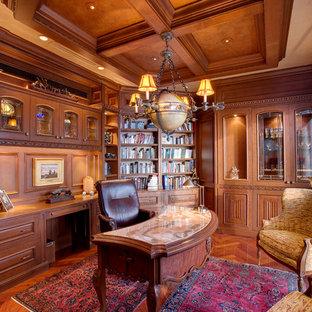 Klassisk inredning av ett hemmabibliotek, med mörkt trägolv, ett inbyggt skrivbord och brunt golv